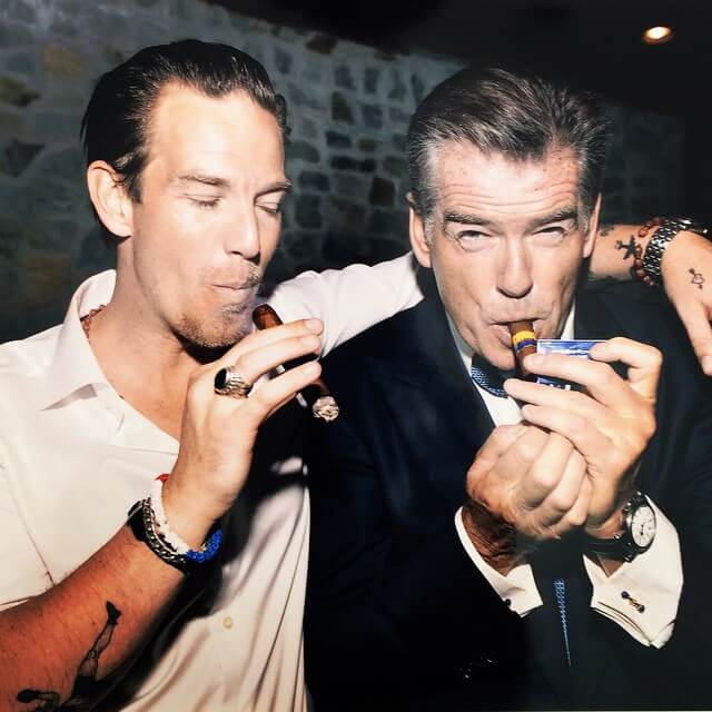 Người nổi tiếng thưởng thức xì gà bên bạn bè