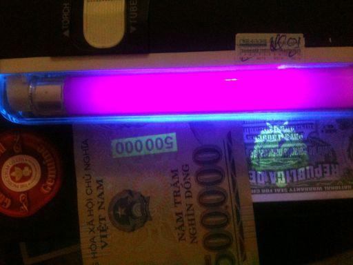 Kiểm tra xì gà thật giả bằng đèn soi tiền