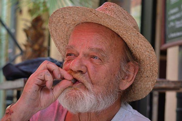 thoi gian hut xi ga - Hướng dẫn hút xì gà đảo khói trong miệng