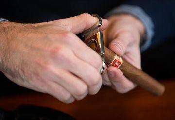 cutting a cigar - Trang Bán Xì Gà và Phụ Kiện Xì Gà Cao Cấp
